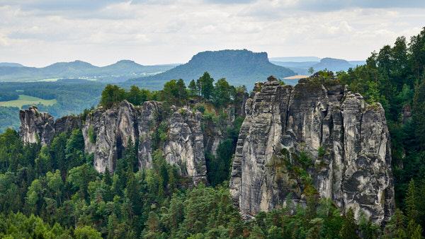 Felsenburg Rathen und der Ferdinandstein (Blick von der Pavillionaussicht)