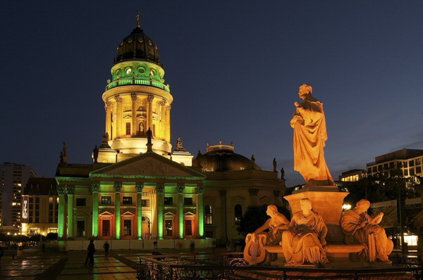 Schiller-Denkmal vor Deutschem Dom