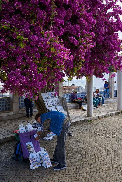 """Ein Straßenmaler am Aussichtspunkt """"Santa Luzia"""" (Miradouro de Santa Luzia)"""