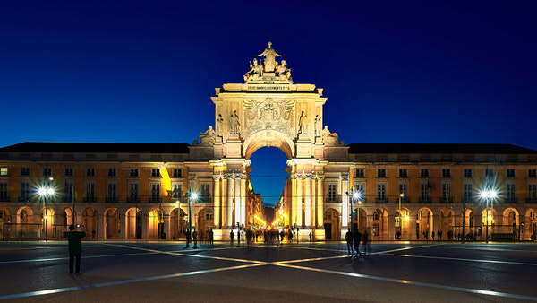 Handelsplatz und Triumphbogen (Arco da Rua Augusta) bei Nacht