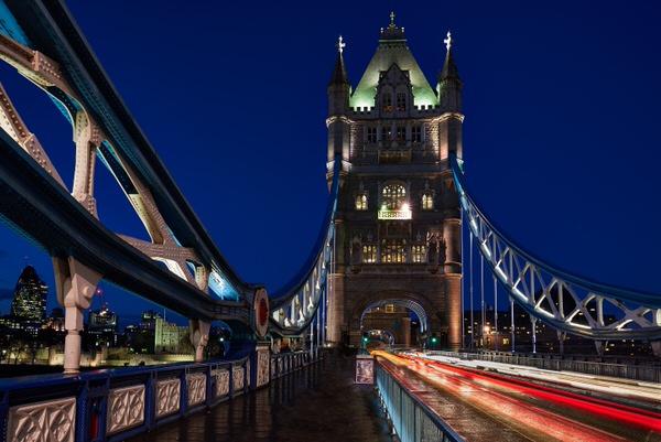Auf der Tower Bridge bei Nacht
