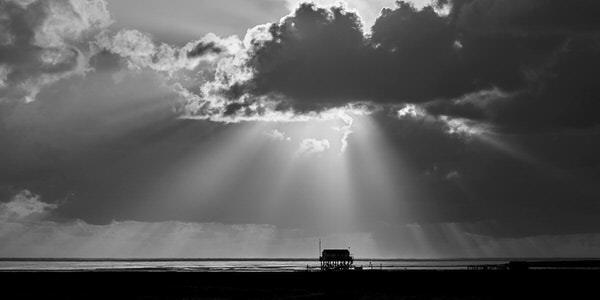 """Pfahlbau nahe """"Strandhütte"""" im Gegenlicht"""