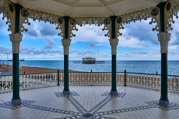 The Bandstand in Brighton mit Blick auf die verfallene West Pier