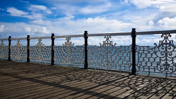 Gegenlichtaufnahme des Geländers auf der Brighton Palace Pier