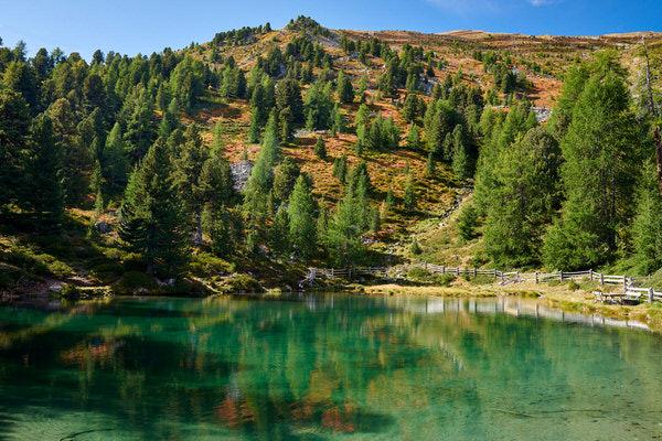 Erste Herbstfarben am See nahe der Haideralm