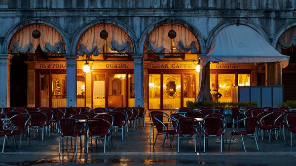 "Ruhe vor dem Sturm: Das ""Gran Caffe"" am Markusplatz kurz vor Sonnenaufgang"
